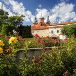 Gartenanlage vor der St.-Laurentius-Kirche auf dem Laurenziberg (Petřín)
