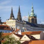 Blick auf die Prager Burg auf dem Weg bergab in die Altstadt