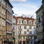 Historische Gebäude auf der Straße Tržiště