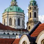 Blick vom letzten Stock des Aria Hotels auf die St.-Nikolaus-Kirche