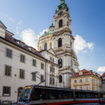 Straßenbahn vor der St.-Nikolaus-Kirche