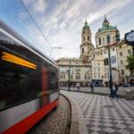 Straßenbahn auf dem Platz Malostranské náměstí mit der St.-Nikolaus-Kirche im Hintergrund
