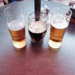 Drei Biergläser gefüllt mit Radegast und Kozel (Mitte) im Restaurace Havlíčkova