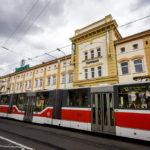 Straßenbahn vor dem Gebäude der Brauerei Staropramen
