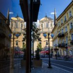 Spiegelung der Pfarrkirche St. Nikolaus und des ehemaligen Hotels zur Post