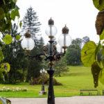 Detailansicht einer Lampe im Garten der Kaiservilla