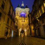 Abendlich beleuchtetes Stadttor Porte de la Grosse Cloche