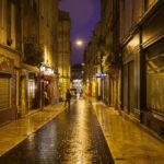 Abendlich beleuchtete Straße Rue Saint-James