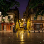Abendlich beleuchteter Place Fernand Lafarge