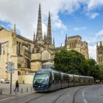 Moderne Straßenbahn vor der Kathedrale Saint-André und dem Glockenturm Tour Pey-Berland