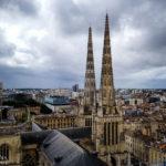 Blick auf die Kathedrale Saint-André vom Glockenturm Tour Pey-Berland aus gesehen