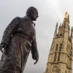 Statue von Jacques Chaban-Delmas (früherer Premierminister Frankreichs und Bürgermeister von Bordeaux) neben dem Glockenturm Tour Pey-Berland