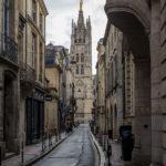 Blick von der Rue du Loup auf den Glockenturm Tour Pey-Berland
