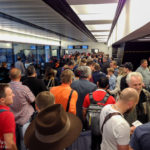 Österreichische Fans kurz vor dem Boarding auf dem Flughafen Wien-Schwechat