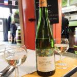 Eine Flasche Muscadet Sèvre et Maine aus der Weinbauregion Loire im Bistro Poulette in der Markthalle Marché des Capucins