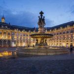 Brunnen der drei Grazien auf dem beleuchteten Place de la Bourse