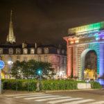 In Regenbogenfarben beleuchteter Triumphbogen Porte de Bourgogne