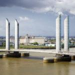 Blick auf die Pont Jacques-Chaban-Delmas von der Terrasse der Cité du Vin aus gesehen