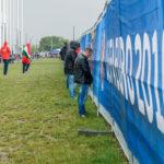 Fans erleichtern sich vor dem Stadion Matmut-Atlantique