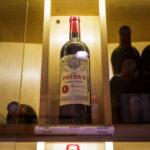 Eine Flasche Rotwein des Château Pétrus in der Vinothek L'Intendant