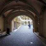 Über einen Durchgang gelangt man vom Hauptplatz durch die Gebäude des Alten Rathauses