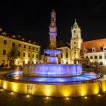 Der beleuchtete Maximilianbrunnen, dahinter das Alte Rathaus