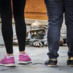 Touristen vor der Statue Čumil