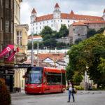 Schöner Blick auf die Burg nahe der Straßenbahnstation Kapucínska