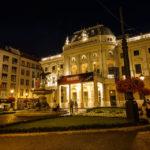 Das beleuchtete Gebäude des Slowakischen Nationaltheaters