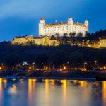 Blick auf die beleuchtete Burg Bratislava