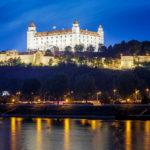 Die beleuchtete Burg vom Fuß der UFO-Aussichtsplattform aus gesehen