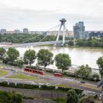 Blick auf die Brücke des Slowakischen Nationalaufstandes und die Donau von den Terrassen der Burg aus gesehen
