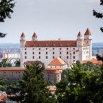Die Burg vom Kriegerdenkmal Slavín aus gesehen