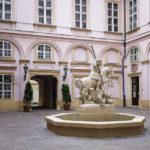 Springbrunnen des Heiligen Georg im Innenhof des Primatialpalais