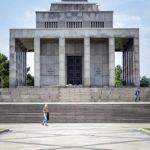 Das Kriegerdenkmal Slavín aus der Nähe betrachtet