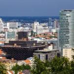Blick auf das pyramidenförmige Gebäude des Slowakischen Rundfunks vom Kriegerdenkmal Slavín aus gesehen