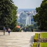 Blick auf die UFO-Aussichtsplattform vom Kriegerdenkmal Slavín aus gesehen