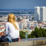 Menschen genießen den Ausblick auf die Stadt vom Kriegerdenkmal Slavín aus gesehen