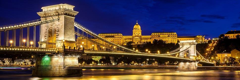 Beleuchtete Kettenbrücke und Burgpalast in Budapest