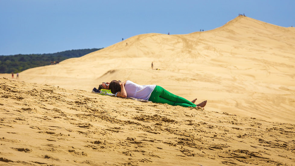 Ein Pärchen liegt auf der Wanderdüne Dune du Pilat