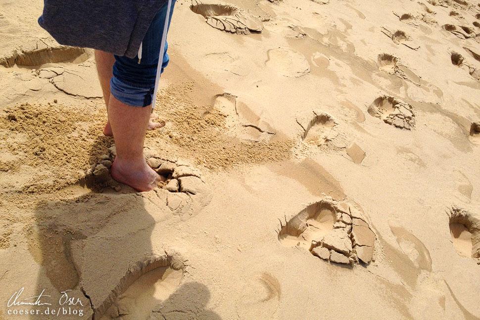 Der Rückweg bergauf gestaltet sich durch das Einsinken im Sand als Herausforderung