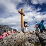 Geschafft: das Gipfelkreuz ist mühelos erreicht und dadurch von vielen Touristen umgeben