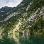Smaragdgrünes Wasser vor herrlicher Bergkulisse