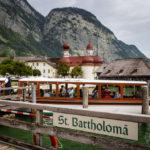 Bootsanlegestelle St. Bartholomä, im Hintergrund die Wallfahrtskapelle