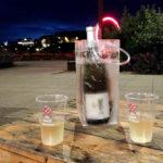 Eine Flasche Wein in einem kostenlos erhältlichen Plastikweinkühler im Lokal La Cantine du Voyage à Nantes