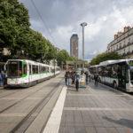 Straßenbahn und Bus auf dem zentralen Umsteigeknoten Place du Commerce