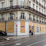 Mit Holzbrettern verrammelte Fenster einer Bank in Nantes