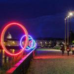 Beleuchtete Ringe als Kunstinstallation am Ufer der Loire