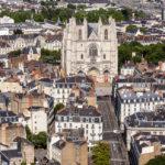 Blick auf die Kathedrale von Nantes von der Aussichtsplattform des Wolkenkratzers Tour Bretagne