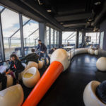 Innenansicht der Bar Le Nid im 32. Stock des Wolkenkratzers